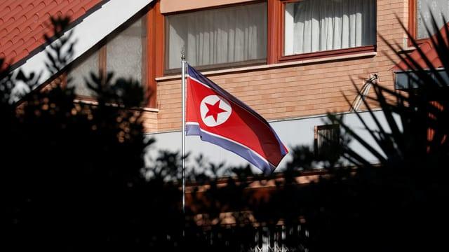 Die nordkoreanische Flagge weht vor der Botschaft in Rom.