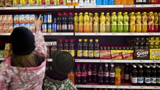Kinder vor einem Regal voller Süssgetränke