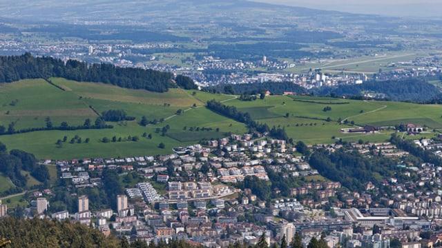 Ein Luftbild der Gemeinde Kriens mit Emmen im Hintergrund.