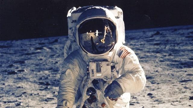 Astronaut auf der Monoberfläche