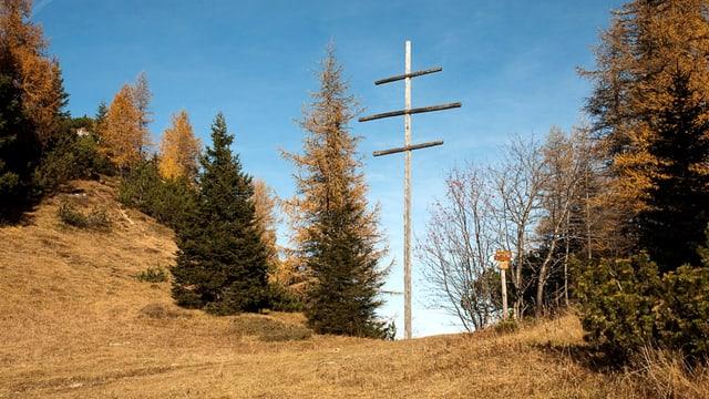 Ein Kreuz, das aus drei horizontalen und einem verikalen Balken besteht.