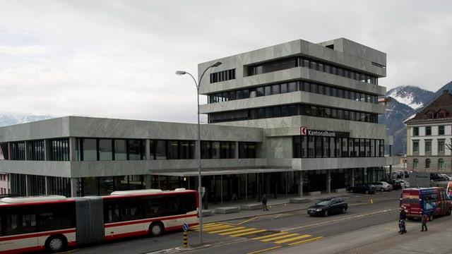 Gebäude der Kantonalbank mit Bus im Vordergrund.