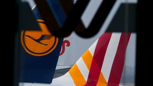 Zwei Heckflossen von Lufthansa und Germanwings hintereinander.