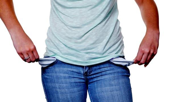 Frau zieht sich die leeren Säcke aus den Hosen.