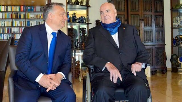 Viktor Orban sitzt neben Helmut Kohl.