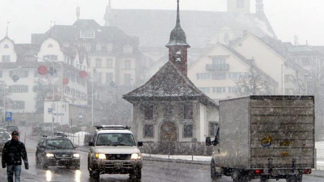 Autos im Hauptort Schwyz
