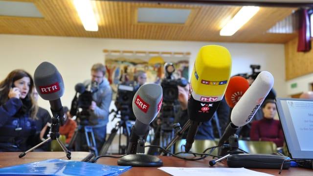 Microfons, e davostiers schurnalists.