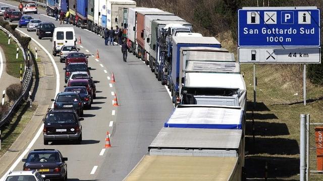 Lastwagen auf der Gotthard-Autobahn