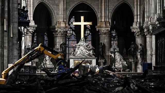 Das Altar in der Notre-Dame steht in Trümmern.
