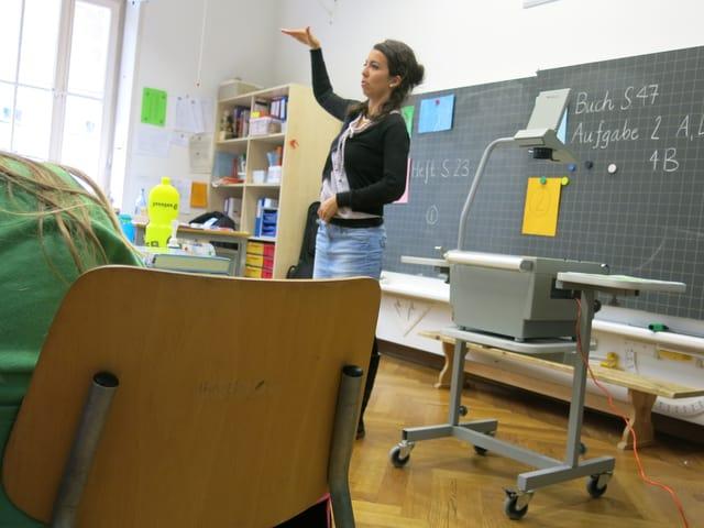 «Filière Bilingue»-Lehrerin Michèle Blanchard spricht zu deutsch- und französischsprachigen Schülern - auf deutsch.