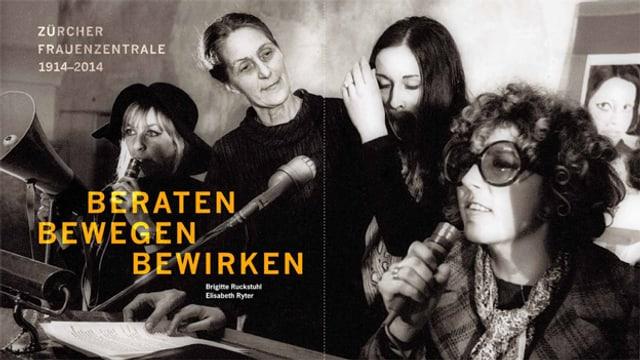 Hulda Autenrieth-Ganner von der Frauenzentrale und Verteterinnenen der neuen Frauenbewegug an einem Rednerpult mit Mikro- und Megaphon.