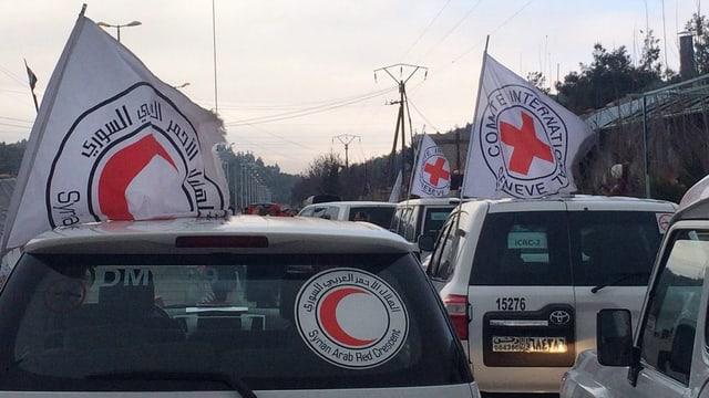 Autos d'in convoi d'agid che spetgan davant Madaja.