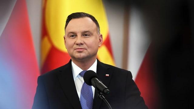 Purtret dal president polonais. El ha chavels stgirs, ina fatscha radunda e prota in vestgì cun cravatta.