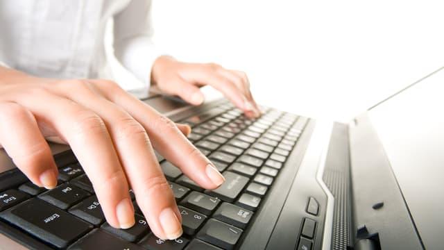 Hände auf einer Computertastatur