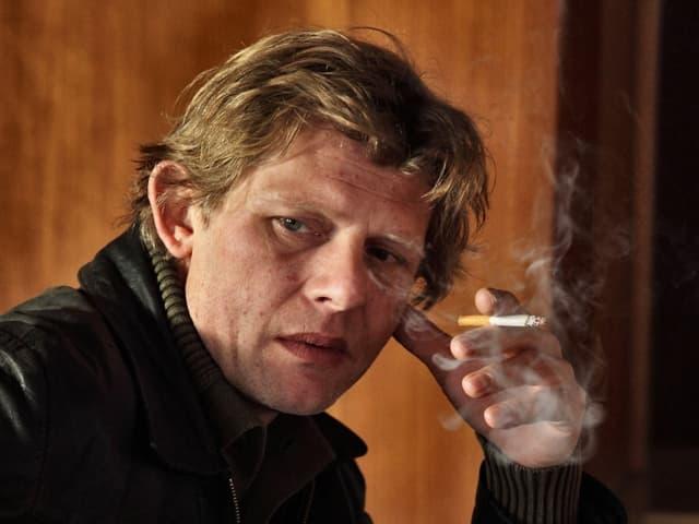Marcus Signer als Goalie raucht eine Zigarette.