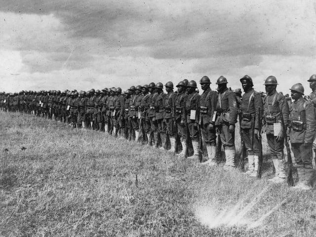 Schwarze Soldaten stehen in einer Reihe.