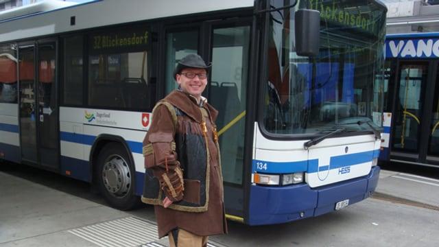 Ein als Cowboy verkleideter Mann steht vor einem Bus der ZVB.