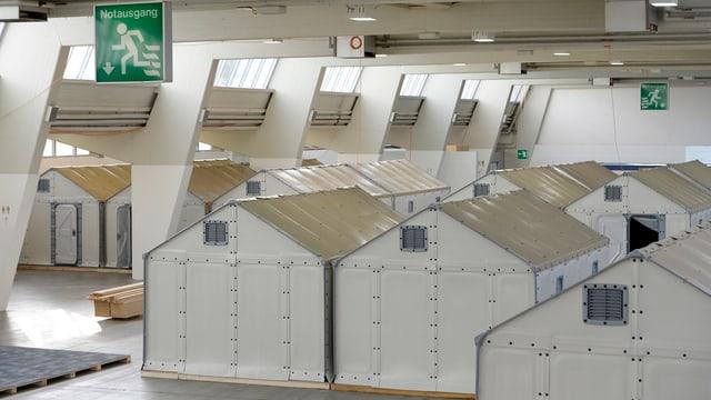 In einer Messehalle wurden Dutzende provisorische Notunterkünfte für Asylsuchende aufgebaut