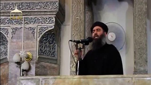 Abu Bakr al-Baghdadi, der mutmassliche Anführer der Terrororganisation Islamischer Staat, spricht von einer Kanzel herab.