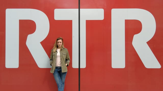 Anna Känzig avant il logo da RTR