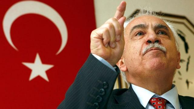 Dogu Perincek vor einer türkischen Nationalflagge
