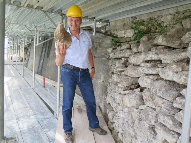 Rainer Kaufmann leitet die Sanierung der Schlossmauer auf dem Schloss Lenzburg. Er hat schon viel Erfahrung mit der Sanierung von altem Mauerwerk und Natursteinmauern.