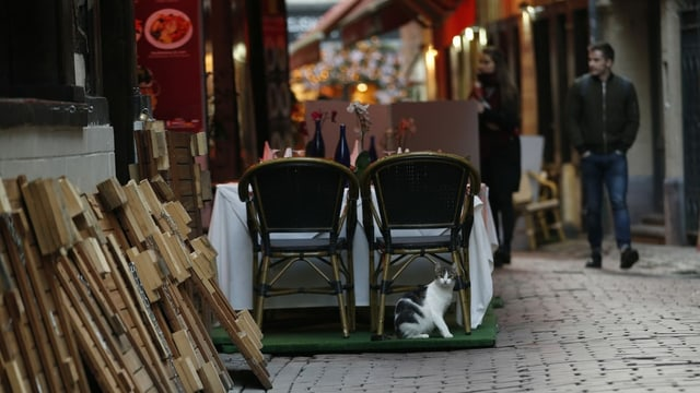 Gestapelte Stühle vor einem geschlossenen Restaurant in Brüssel.