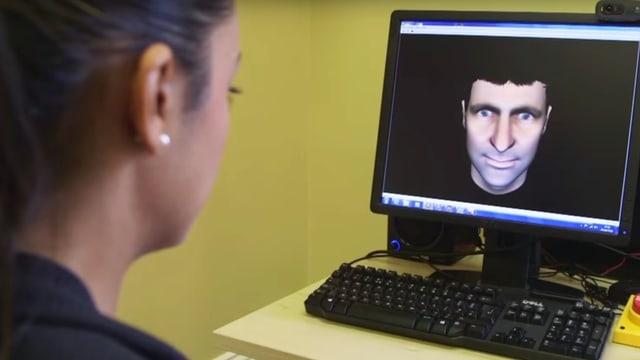 Eine Studienteilnehmerin interagiert mit einem Avatar.
