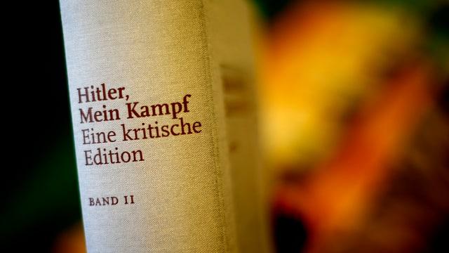Buchrücken der neuen Ausgabe von «Mein Kampf» mit Fussnoten und Kommentaren.