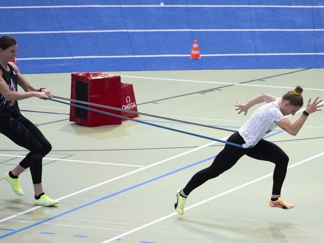 Ajla Del Ponte wird im Training mit einem Gummizug zurückgehalten.