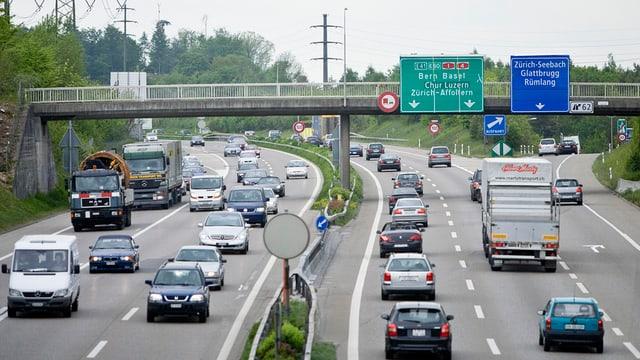 Dichter Verkehr auf der Nordumfahrung Zürich bei der Ausfahrt 62 nach Zürich Seebach.