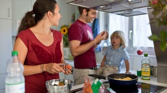 Eine Familie ist gemeinsam beim Kochen.