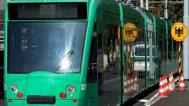 Basler Tram an der Grenze zu Deutschland, links im Bild ist das Tram, rechts eine Tafel mit dem deutschen Adler.