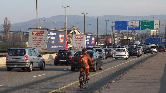 Mehrspurige Autostrasse mit viel Verkehr.