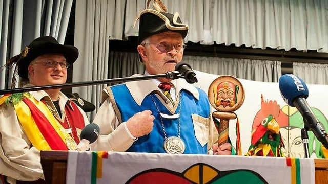 Felix Rudolf von Rohr hält im Kostüm eine Rede am  Neujahresempfang der Narrengilde Lörrach.