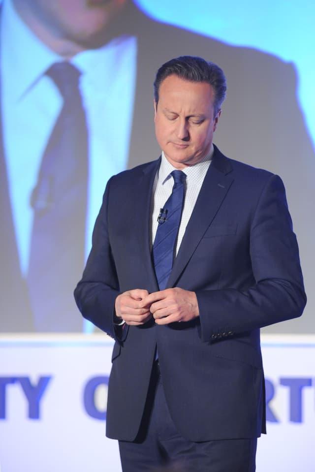 Cameron dumonda perdun davant ses collegas da partida.