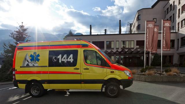 Ina ambulanza dal 144 davant il Spital regiunal Surselva a Glion.