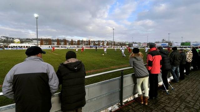 Zuschauer verfolgen ein Fussballspiel im Wohler Stadion Niermatte.