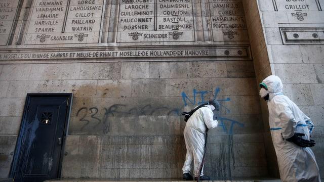 Der historische l'Arc de Triomphe wurde durch Sprayereien beschädigt.