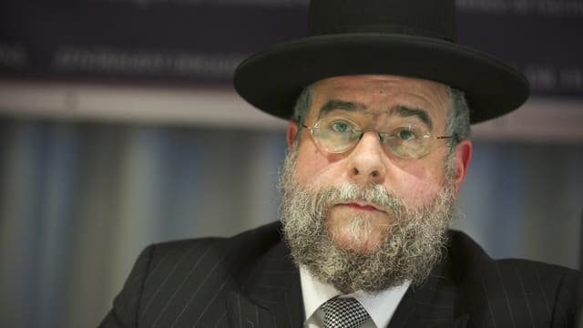 Älterer Mann mit Bart, Brille und Hut.