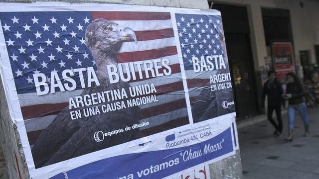 Aufgekleisterstes Plakat; es zeigt einen Geier vor einer US-Flagge.