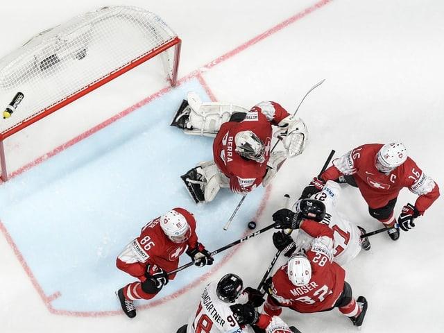 Mit vereinten Kräften schirmen die Schweizer Spieler das eigene Gehäuse ab.
