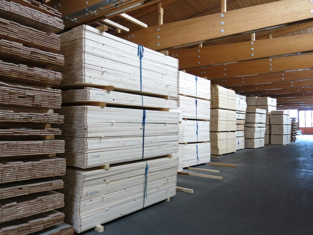 Viele Holzbretter aufeinander gestapelt.