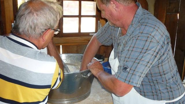 Riccardo Bertogg (senester) e Thomas Hasler fan la pasta