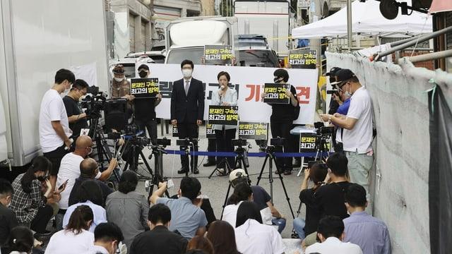 Anwalt des Sarang-Jeil-Pastors Jun Kwang-hun vor Medien