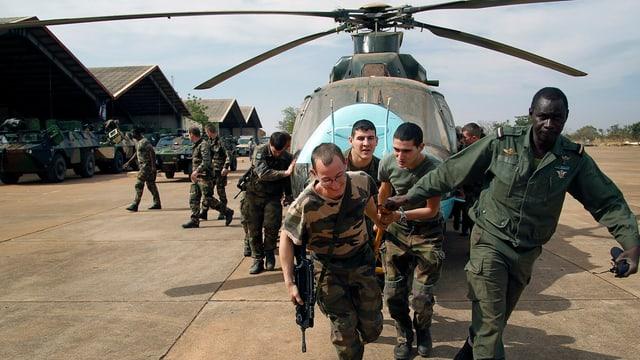 Maletg simbolic: Truppas franzosas gidan truppas dal Mali e transportar davent in helicopter defect.