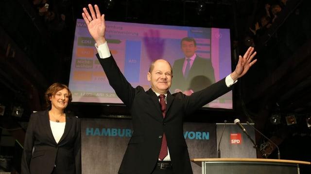 Hamburgs Bürgermeister Olaf Scholz (SPD) jubelt.