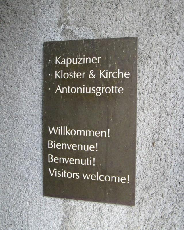 Begrüssungsschild beim Klostereingang.