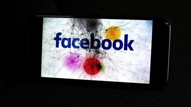 Smartphone mit Schriftzug: Facebook.