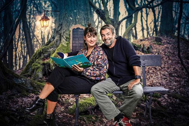 Vater und Tochter in einem Märchenwald.